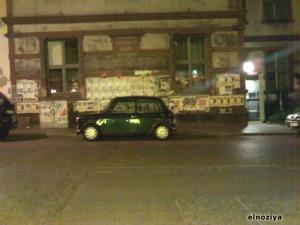 Un Mini ocupando 2 plazas de aparcamiento