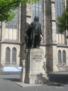 Monumento a Bach en la puerta de la iglesia.