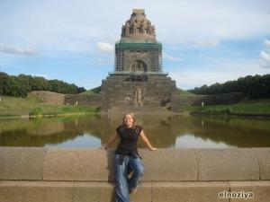 Fijaos en la gente al pie del monumento.