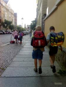 Niños de 'Cuentame' en versión actual.  Las mochilas con ruedas no han llegado a Alemania.