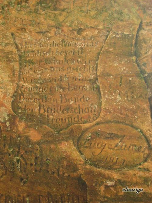 Detalle de los grabados de las cuevas de Sigulda