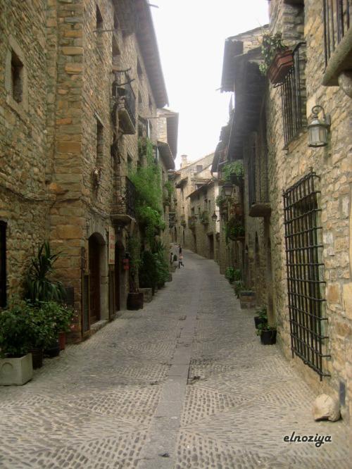 Calle de Ainsa que sube hacia el castillo y la plaza.