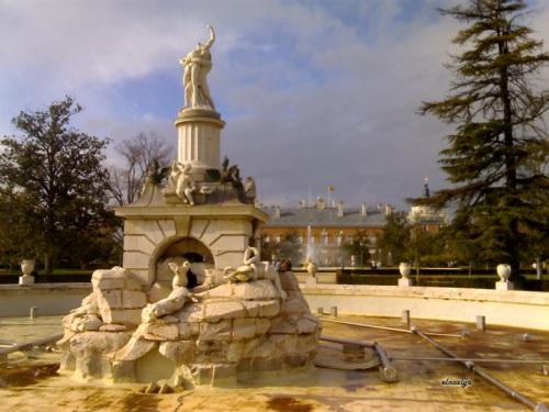 Fuente vacía con el Palacio Real al fondo.