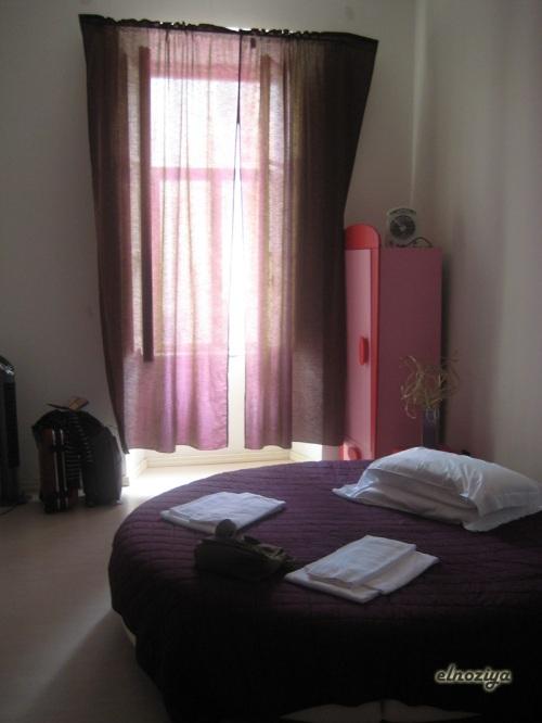 La habitación del hostel, con cama redonda y baratisima para ser Roma (eso sí, conseguida por enchufe).