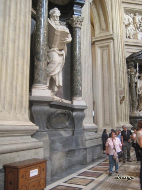 Dentro de San Giovanni in Laterano, la catedral de Roma.  Fijaos en el tamaño del libro, inpresionante.