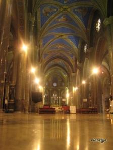 La iglesia con el techo azul y con estrellas pintadas.