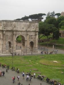 Un arco del foro.  Unos 2000 años y ahí lo tienes como nuevo.