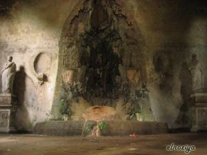 Rincón oculto bajo la fuente anterior.  Da escalofrios pensar que aquí se relajaban los emperadores de Roma.