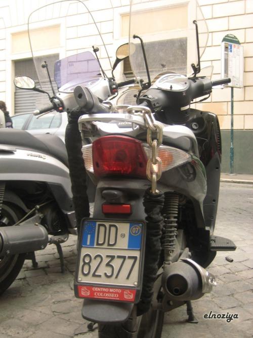 moto con cadena enorme