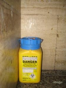 Bote de peligro biológico usado como papelera.