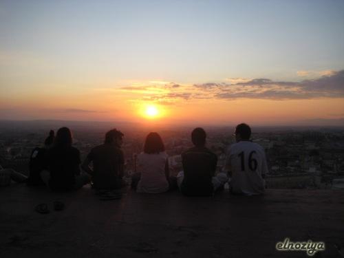 Botellón frente a la puesta de sol.